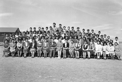 Group photo with children and women (ddr-fom-1-677)