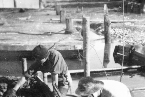 Unloading oysters from a bateau (ddr-densho-15-105)