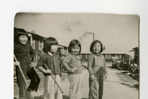 Young female children in the Jerome camp (ddr-csujad-38-276)
