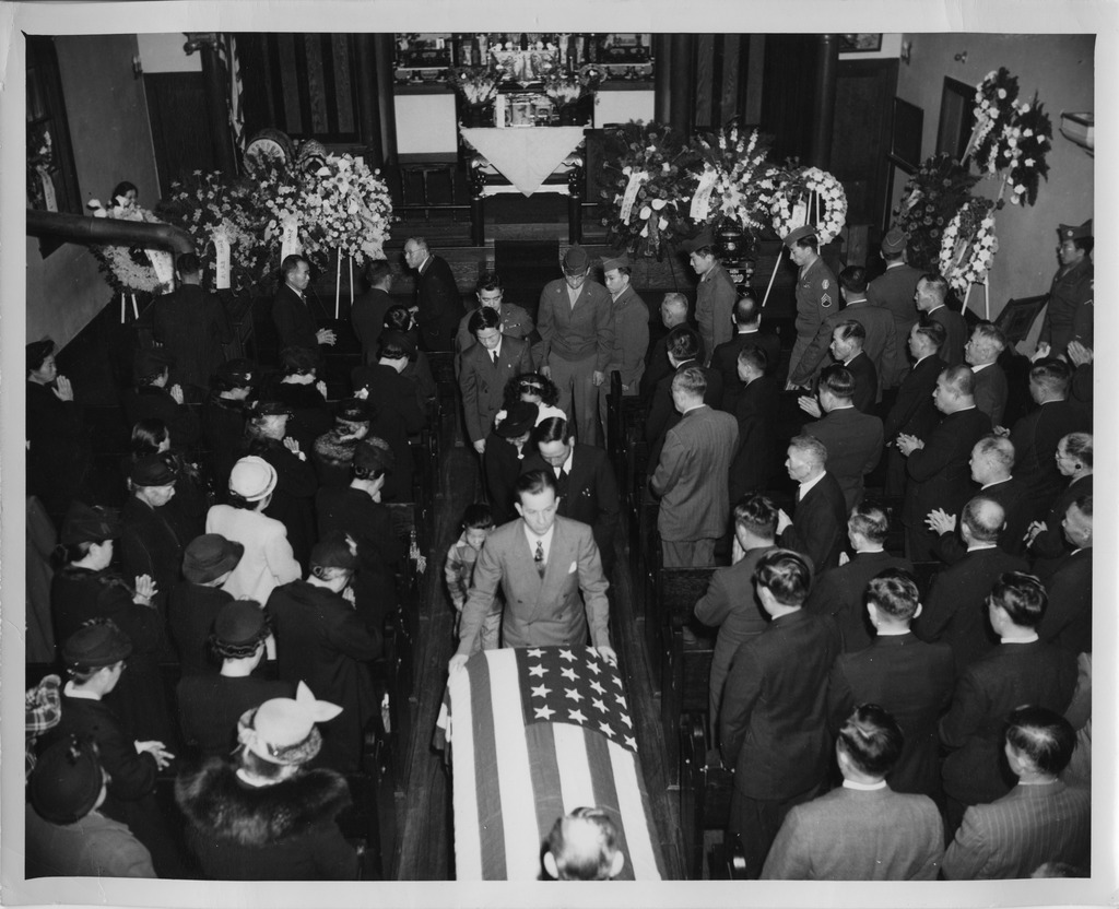photo essay honoring fallen wwii ese american iers 5 a nisei ier gives the flag to a grieving mother 1948 seattle nisei veterans committee collection